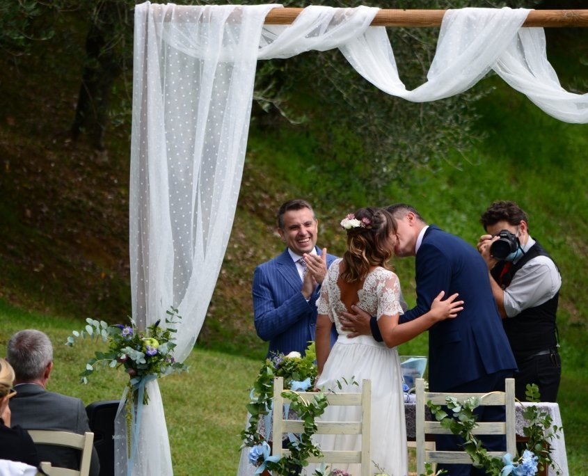 bacio sposi cerimonia