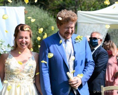 sposi petali giallo azzurro country
